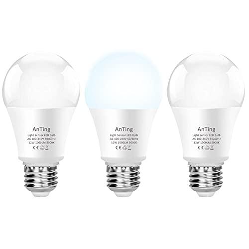 ANTING Bombilla LED E27 con sensor crepuscular, 12 W equivalente a 100 W, A19, 1000 lúmenes, encendido y apagado automático, atardecer hasta el amanecer, 3 unidades, blanco frío (5000 K)