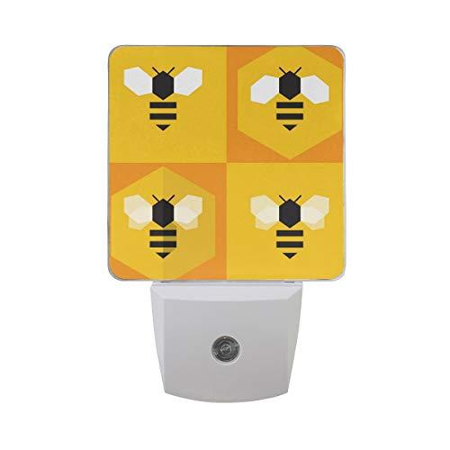 AOTISO Schattige bij in honingraat stripfiguur honingbij platte ontwerp auto sensor nachtlampje plug in indoor