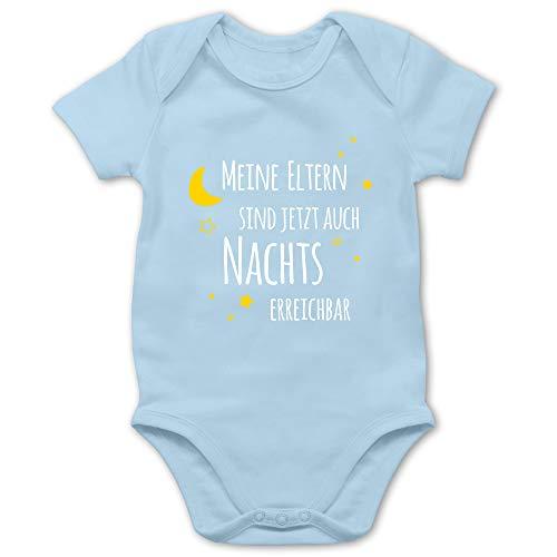 Shirtracer Sprüche Baby - Meine Eltern sind jetzt auch Nachts erreichbar - 3/6 Monate - Babyblau - Geburtsgeschenk Mama - BZ10 - Baby Body Kurzarm für Jungen und Mädchen