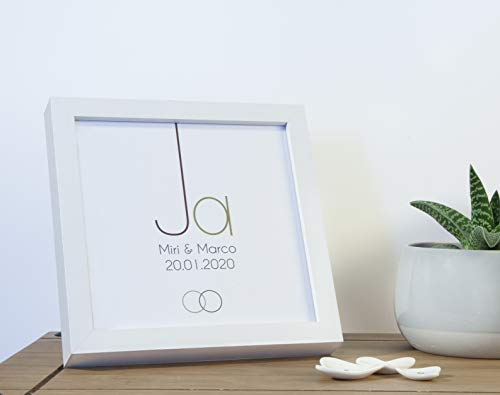Gastgeschenk Hochzeit Brautpaar JA BILDERRAHMEN personalisiert mit Namen + Datum INKL. Holz-Rahmen, Leinenpapier + Geldumschlag Jahrestag Geschenkidee Verlobung Hochzeitsgeschenk Partner