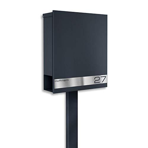 Metzler Standbriefkasten mit Edelstahl Namensschild in Anthrazit RAL 7016 - Rostfrei & Massiv - inkl. Beschriftung Hausnummer & Name - Briefkasten mit Briefkastenständer, Größe: 35,5 x 43,5 x 10 cm