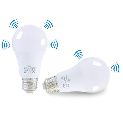 LED Glühbirne mit Bewegungsmelder E27 Intelligenter Lichtradarsensor 7 Watt (ersetzt 50 W Sensorlampe Energiesparlampe für Treppen/Garten Balkon Garage Lounge Flur Keller Outlet Weiß(2 Teile)