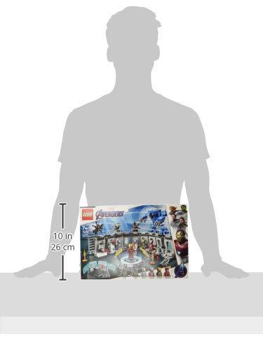 31BPJmMqNdL Incluye 6 minifiguras del universo Marvel: Iron Man MK 1, Iron Man MK 5, Iron Man MK 41, Iron Man MK 50 y dos Outriders. Este juguete de superhéroes para construir contiene un laboratorio de Iron Man con módulos desmontables que se pueden combinar y apilar de muchas maneras diferentes para crear experiencias de juego alternativas. El laboratorio de Iron Man incluye una plataforma giratoria con 2 brazos robóticos articulados; una mesa con una pantalla de color azul translúcido, silla para una minifigura y taza; un módulo de cocina con licuadora para preparar batidos para construir y taza; un módulo de armería con un cañón, una potente mochila propulsora y un elemento que representa el rayo de energía para las minifiguras; un módulo de almacenamiento de herramientas con llave inglesa; módulos para guardar las armaduras de Iron Man; una antena de radar; barreras de seguridad; y un extintor y 2 elementos que representan las llamas.