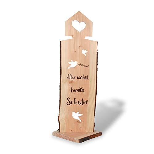 Kreative Feder Hier wohnt | Holzstele personalisiert mit Ihrem Wunsch-Text | ideale Deko für Haustür oder Garten und Geschenk für Freunde, Familie, zum Geburtstag, zum Einzug.