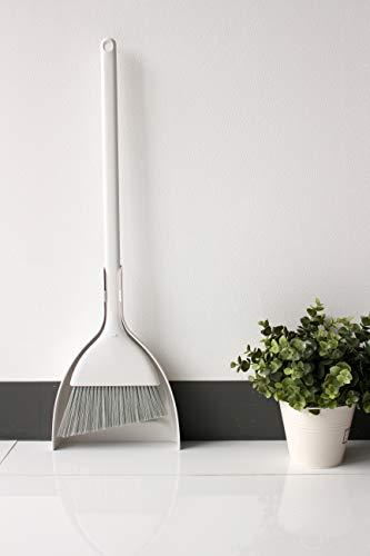 省スペースでオシャレに収納可能な「MARNA(マーナ) 」の自立型のほうき・ちりとりセット。立たせてコンパクトに収納可能で、シンプルな清潔感のあるデザインは室内、玄関、屋外など、置く場所を選びません。