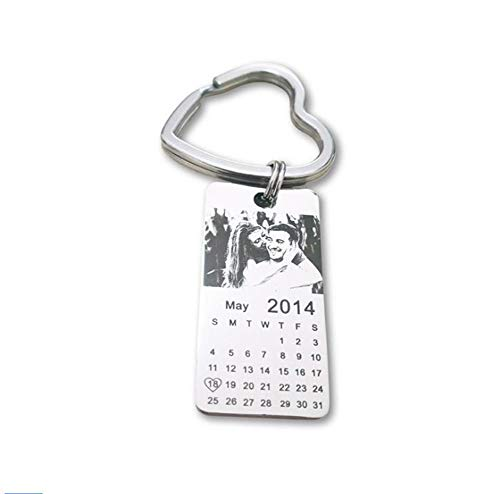NineJewelry Personalisierte Kalender Schlüsselbund - Edelstahl Bild Geburtsdatum Hochzeitstag Name Customized Schlüsselring für Trauzeuge Brautjungfer Ehemann Ehefrau Liebhaber BFF Geschenk