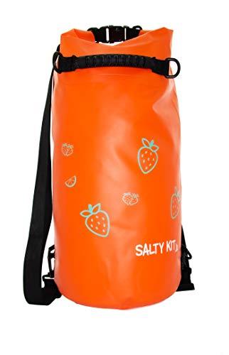 Sac de plage orange fraise ou sac sec imperméable flottant dans un design élégant de couleurs super vives pour toutes vos activités terrestres et aquatiques avec double sangle arrière et poignée.