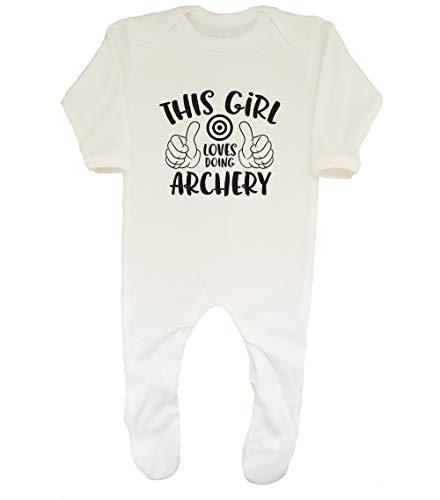 Shopagift Baby Strampler mit Aufschrift This Girl Loves Doing Archery Gr. 6-12 Monate, weiß