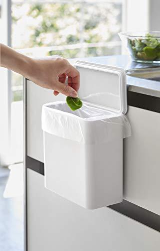 キッチンのシンク扉に設置することで、調理中の生ごみなどもサッと捨てることができるタワーのゴミ箱。