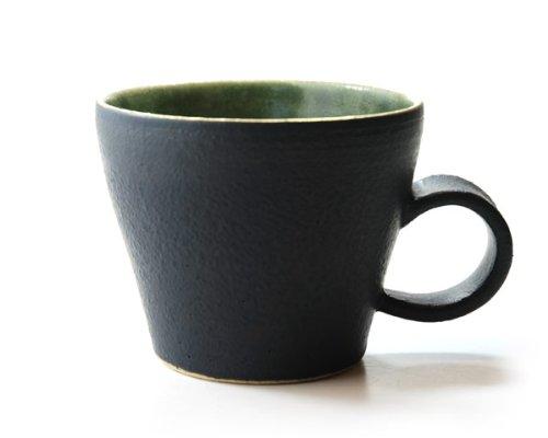 北欧の食器とコーディネートしても素敵に映えるマグカップです。落ち着いた黒とグリーンの色合いがとてもおしゃれ。人気作家、森野知子さんの「ノルウェーの森シリーズ」です。口径約9.6cm 、高さ約8cm 。