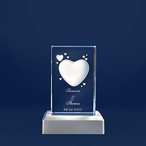 3D Glas mit Herz Motiv und Wunschnamen Gravur und Datum Liebesgeschenk (mit Standard Leuchtsockel, S - 50x45x80 mm)