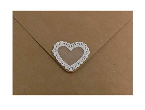Umschläge aus Kraftpapier mit originellem Spitzenherz für Ihre Hochzeitseinladungen