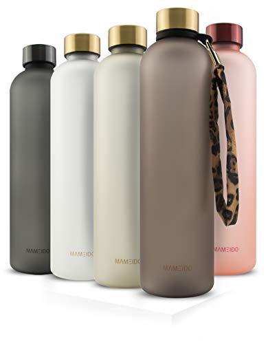 MAMEIDO Trinkflasche 1l - auslaufsicher, Kohlensäure geeignet, BPA frei - Zeitmarkierung als Trinkerinnerung - Wasserflasche aus Tritan (1000ml, Urban Taupe Gold)