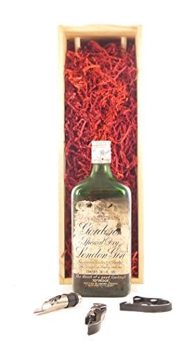 bottling Gordon's Special Dry London Gin (1970's bottling) in einer Geschenkbox, da zu 3 Weinaccessoires, 1 x 700ml