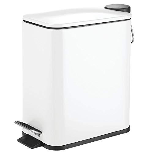 mDesign rechteckiger Tretmülleimer – 5 l Mülleimer aus Metall mit Pedal, Deckel und Kunststoffeinsatz – eleganter Kosmetikeimer oder Papierkorb für Bad, Küche und Büro – weiß