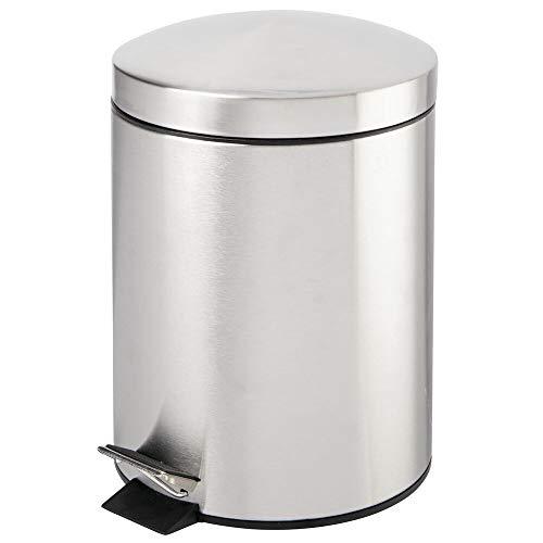mDesign Cubo de basura con pedal – Contenedor de residuos de 5 litros de metal con tapa y cubo de plástico – Para cosméticos o como papelera de baño, cocina u oficina – plateado