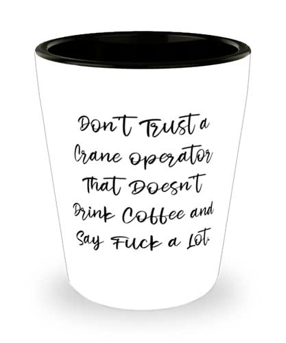 No confíes en un operador de grúa que no bebe café y diga. vaso de chupito, operador de grúa, taza de cerámica, perfecto para operador de grúa
