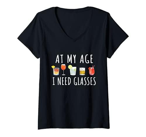 Mujer At My Age I Need Glasses - Vasos de cóctel para vino, cerveza y alcohol divertido Camiseta Cuello V