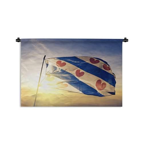 Wandteppich - Friesland Provinz der Niederlande Flagge auf Flaggenmast Textilgewebe weht auf der Oberseite Sonnenaufgang Nebel - 90x60 cm