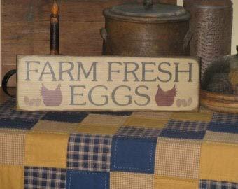 Letrero hecho a mano con huevos frescos de granja con gallinas, decoración rústica primitiva de la cocina para el hogar o la madera de gallinero