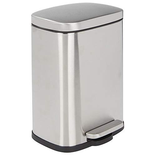mDesign Cubo de basura con pedal – Contenedor de residuos de 5 l de acero con pedal, tapa y cubo de plástico – Pequeña papelera de baño, cocina, oficina, etc. – plateado mate
