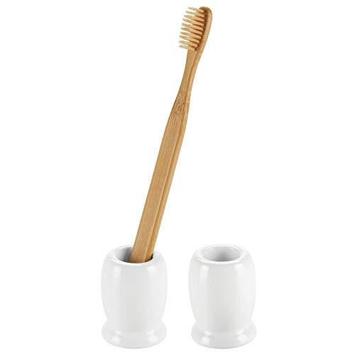 mDesign Juego de 2 vasos para cepillos de dientes de diseño moderno y compacto – Portacepillos de dientes redondos hechos de cerámica – Accesorios de baño de pie para lavabo o muebles espejo – blanco