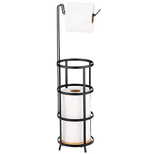 mDesign Toilettenpapierhalter stehend – moderner Papierrollenhalter fürs Badezimmer – Klopapierhalter für mehrere Rollen – mit Halterung für 3 Reserverollen – mattschwarz/natur