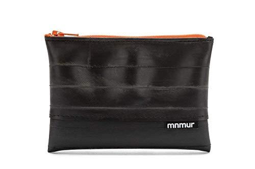Geldbörse aus recyceltem Fahrradschlauch mit orangem Reißverschluss. Größe: 13 x 9 cm