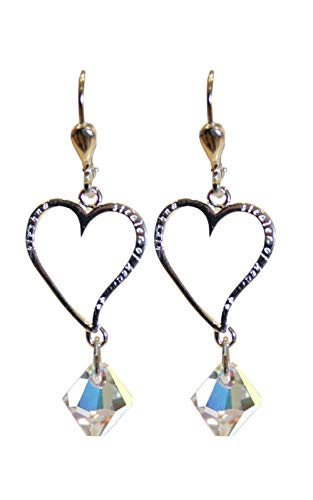 Pendientes refinados en forma de corazón decorados con perlas brillantes iridiscentes, presentados por la Olivia Collection