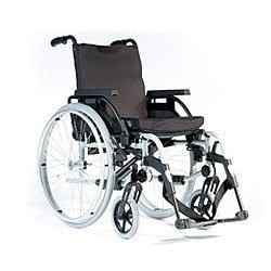 Sedia a rotelle leggera Breezy BasiX con caratteristiche regolabili, larghezza seduta 43,2 cm