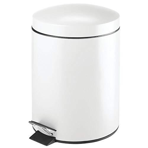 mDesign Tretmülleimer – 5 L Mülleimer aus Metall mit Pedal, Deckel und Kunststoffeinsatz – perfekt als Kosmetikeimer oder Papierkorb für Bad, Küche, Büro etc. – weiß