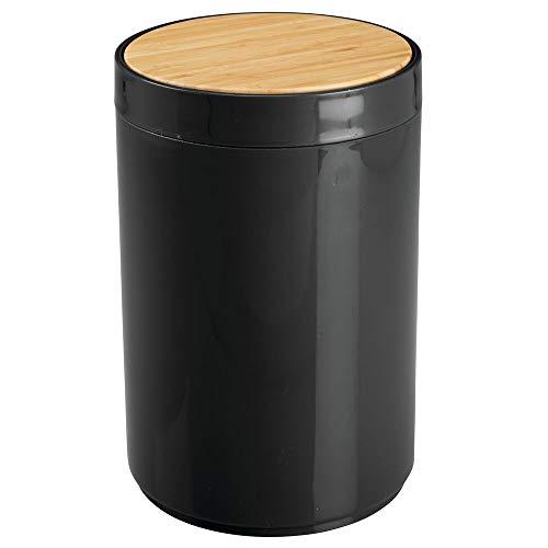 mDesign Práctico cubo de basura para cocina – Moderno bote de basura de bambú y plástico para el baño, la cocina o la oficina con 5 litros de capacidad – Estable cubo de basura con tapa – negro/bambú