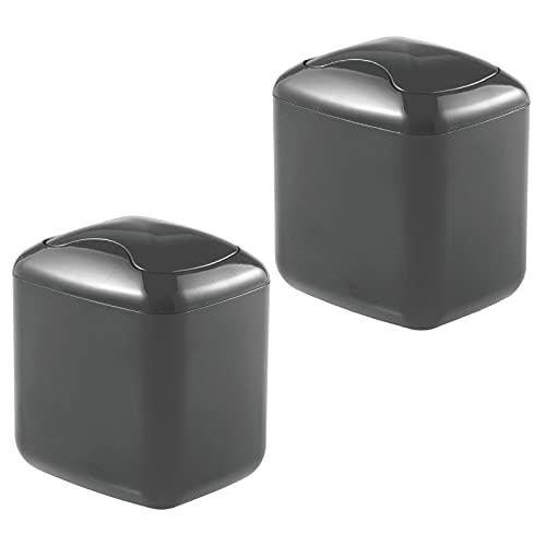 mDesign Juego de 2 papeleras con tapa basculante para sobremesa – Cubo de basura de baño para desechos cosméticos – Práctico contenedor de residuos de plástico de 2,7 litros de capacidad – neg