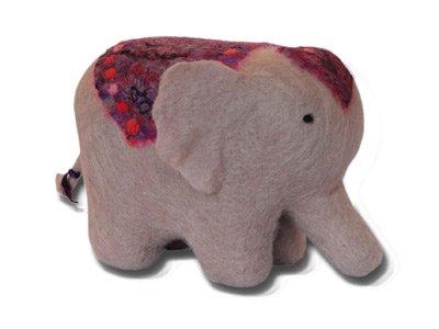 ARTFELT Elephant mit Sattel aus Seide . Dieses Nadel Filz Set ist ein sorgfältig entworfenes Bastelset, welches Alles enthält,das nötig ist, damit Sie einen Indischen Elephant basteln können.