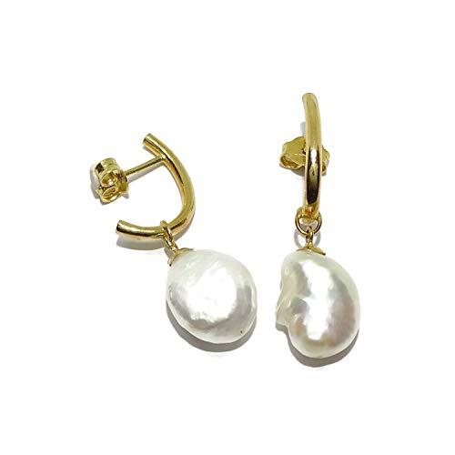 Preciosos y elegantes pendientes de medio gancho de oro amarillo de 18K con 2 perlas cultivadas estilo barrocas de 10mm, cierre presión; 3.20cm de largos