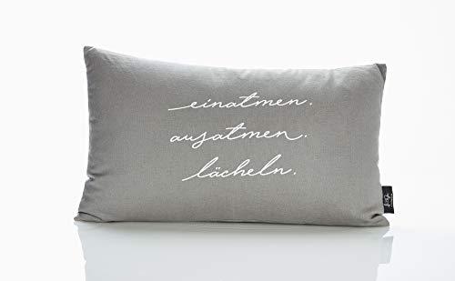 """LePaJo Dekokissen """"Einatmen. Ausatmen. Lächeln."""" 50 x 30 cm Bezug: grau, 100% Baumwolle mit Reißverschluss. Kissen"""