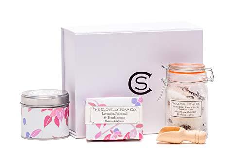 Clovelly Soap Co Set con candela e sali da bagno alla lavanda, patchouli e franchincenso, fatti a mano, naturali e vegani