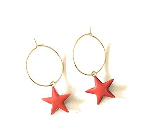 Orecchini realizzati a mano con cerchio di 2 cm in acciaio dorato e stelle pendenti smaltate di rosso su entrambi i lati