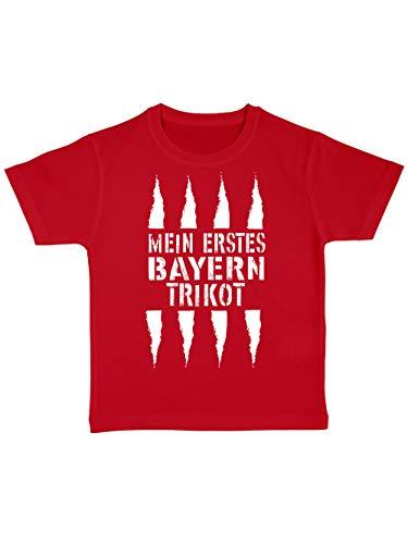 clothinx Mein erstes Bayern Trikot | Lustiges Stadt und Fußballmotiv | Das ist Nachwuchsförderung auf bayrisch | Fußball ist unser Leben 100% Bio Baumwolle Kinder T-Shirt Rot Gr. 104