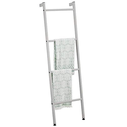 mDesign Organizador de baño para colgar toallas con forma de escalera – Toallero de pie con cuatro barras de metal – Colgador de toallas, ropa o periódicos – gris
