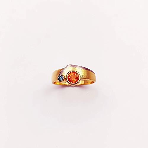 Handgefertigter Ring in 750/- Gelbgold/Weißgold mit einem orangenen Spessartin (Granat) und einem blauen Diamanten im Brillantschliff, strahlende Farbkombination in Größe 59, Edelstein, Diamant