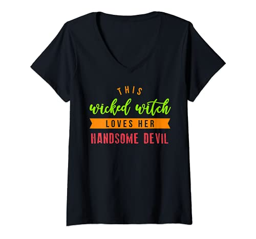 Mujer Esta bruja malvada ama a su guapo diablo camisa de Halloween Camiseta Cuello V