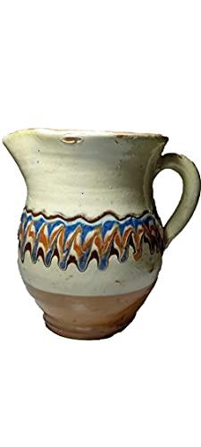 Taza blanca de cerámica tradicional búlgara con diseño de ondas