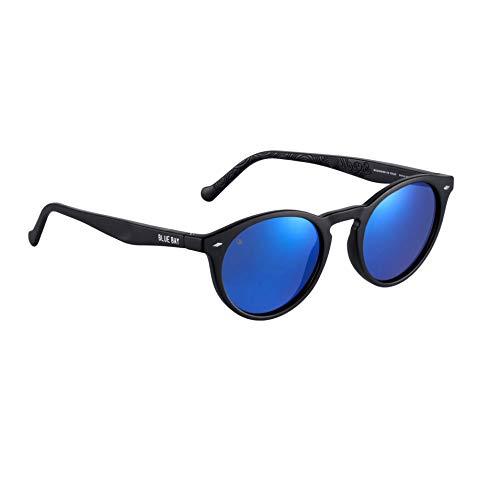 BLUE BAY SACALIA, Gafas de Sol Polarizadas para Hombre y Mujer, 100% Protección UV, Gafas de Sol Sostenibles de Material Reciclado, Ligeras y Flexibles, Montura Negra y Cristales Azules, 20 gramos