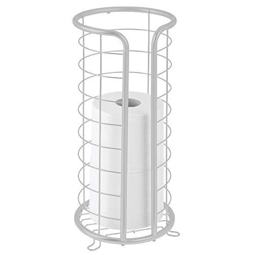 mDesign Dekorativer freistehender Toilettenpapierhalter aus Metall mit Stauraum für 3 Rollen Toilettenpapier – für Badezimmer/Puderraum – hält Mega-Rollen – Hellgrau