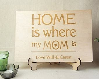 """by Unbranded Cartel de madera con texto en inglés """"Home is where mom is sign from daughter"""" de madera para mamá placa madre madre tabla de cortar día de la madre tabla de cortar"""