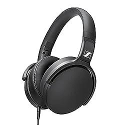 La conception filaire fermée et les coussinets d'oreille ergonomiques réduisent le bruit ambiant et procurent une immersion riche en détails Microphone et télécommande intégrés pour le contrôle des appels et de la musique Casque léger et pliable prat...