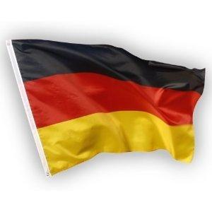 Deutschland Flagge 90x150 cm, EM / WM Fahne aus Stoff mit doppelt umsäumten Fahnenrand, 2 Messing-Ösen zum Hissen, für Fahnenmast, Deutsche Nationalflagge, Fußball Fanartikel Weltmeisterschaft 2018