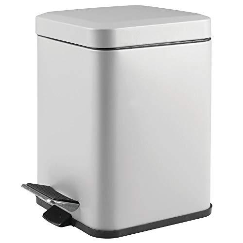 mDesign Papelera de baño cuadrada – Cubo de basura con pedal, tapadera y cubeta de plástico – Elegante contenedor de residuos metálico de 6 litros para cosmética, baño, cocina u oficina – gris
