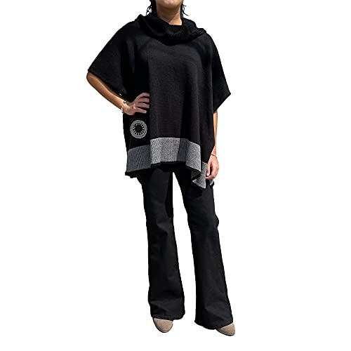 PONCHO NEGRO con cuello holgado, franja gris y roseta tejida a mano, Two Sisters ®, talla única mujer. Diseño exclusivo hecho en México